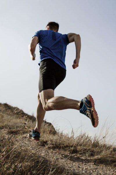 Deportista corriendo por el campo