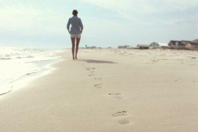 Chica andando por la playa